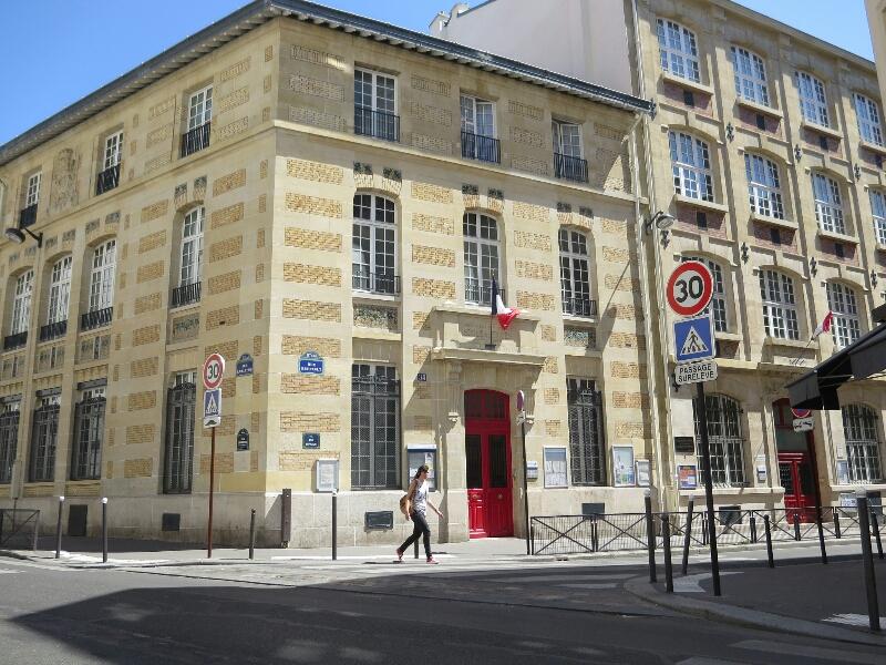 いつもと違う辻に入ると、こんな建物があることに初めて気づきました。 明るい日射しを浴びた、感じのいいファサードには、トリコロール、フランス国旗がはためいていますね。